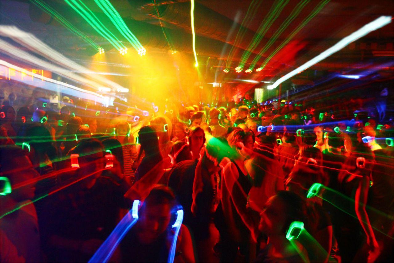 silent-disco-koepfhoerer-mieten-kaufen-crowd