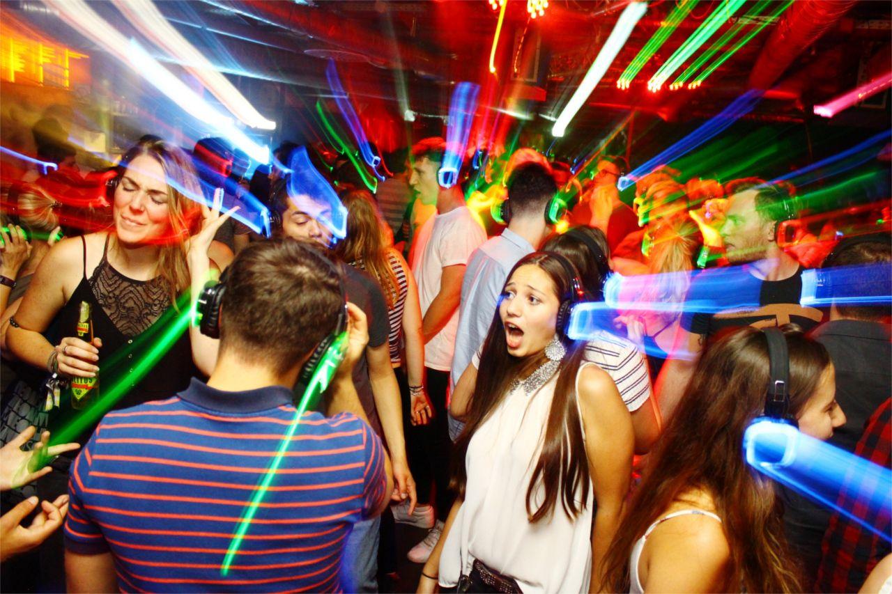 silent-disco-koepfhoerer-mieten-kaufen-party-people